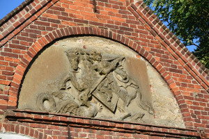 "Relief des Heiligen Georg am Giebel des ""Langhauses"". Foto: fl"