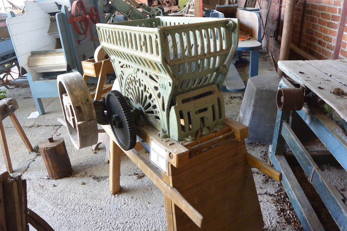Rüben wurden mit diesem Gerät geschnitten. Mit welchen Ausrüstungen Bauern auf Rügen bis in die 1930er Jahre arbeiteten, lässt sich am besten im Heimatmuseum Rambin aufspüren.