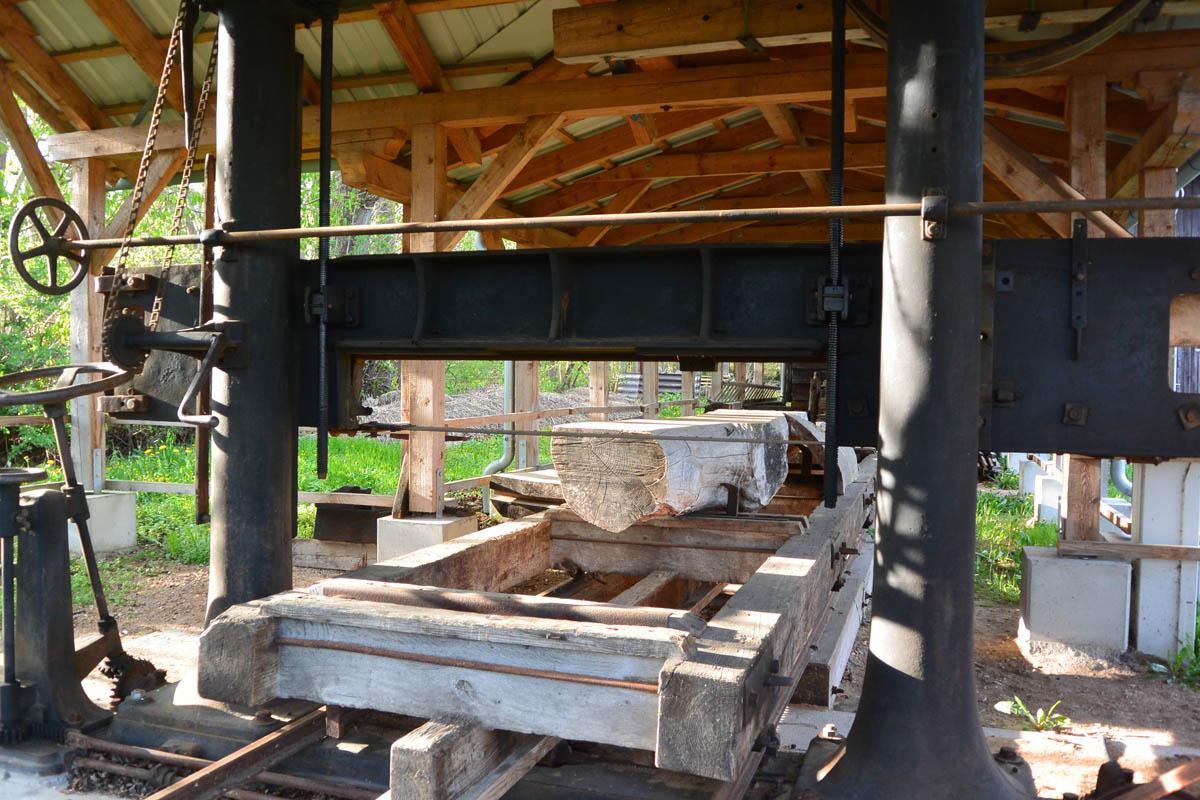 Das voll funktionsfähige Sägegatter kann mit einem einzigen Sägeblatt aus mächtigen Baumstämmen schnurgerade Balken und Bretter zu schneiden. Foto: fl.
